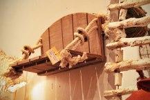 Estantería de madera y cuerda.
