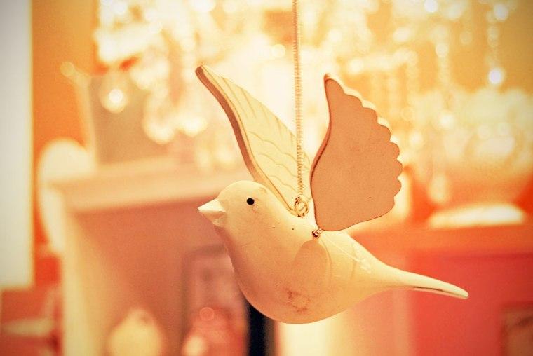 Pájaro de madera colgante.