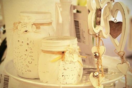 Tarros de cristal pintados en blanco.