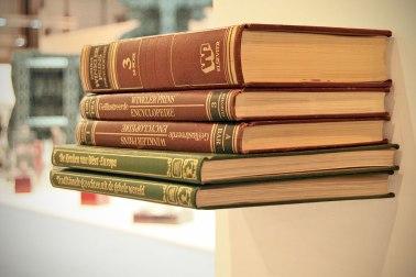 Colgante de pared hecho con libros.