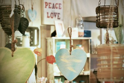 Corazones de madera y velas decorativas.