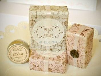 Jabón, cacao y esencias naturales con etiqueta personalizada para bodas.