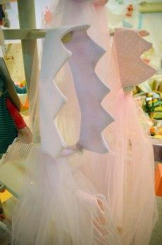 Coronas malva y rosa hechas a mano en tela y tul. Tiene un elástico en la parte trasera para que se ajuste perfectamente.