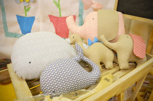 Cojines de diferentes formas (ballena, dinosaurio, elefante).